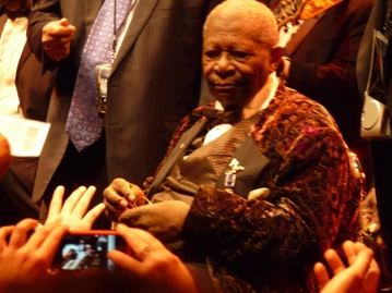 BB King giving gifts to his fans. Photo taken by Steve Yanko.